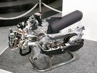 「ホンダ・タクト」に搭載される「eSPエンジン」のカットモデル。