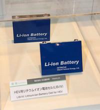 従来比1.7倍の高出力を可能にしたという、日立の「HEV用リチウムイオン電池(第4世代)」。さまざまな空間に搭載できるよう、サイズは120×90×18mmとコンパクト。