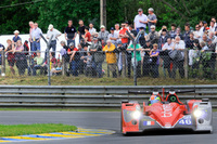 LMP2クラスのNo.46 オレカ03・ニッサンが、観客の前を駆け抜ける。
