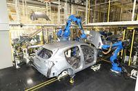 「ヴェゼル」のボディーにロボットがボンネットなどの蓋物(ふたもの)を取り付けているところ。使用されるエネルギー、工程の数、人の手間、作業スペースの広さと、寄居工場ではあらゆる視点での効率化が図られている。