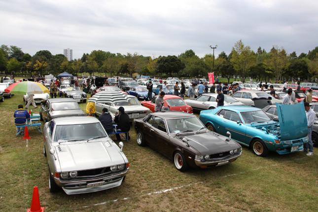 220台の旧車が集まった会場風景。といっても、ここに写っているのは参加車両の1/4程度だろうか。