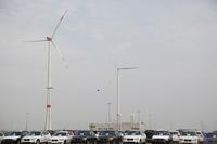 工場敷地に設置された4基の風力発電装置が、iモデルの生産に必要な量以上の電力を供給する。