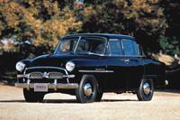 1955年に誕生した初代「トヨペット・クラウン」(RS型)。観音開きドアが特徴的な、現行「カローラ アクシオ」よりもコンパクトなボディーに直4OHV1.5リッターエンジンを搭載。小型車規格の変更に伴い、60年にはエンジンが1.9リッターに拡大された。