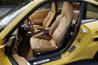 標準装備のアダプティブスポーツシート。「ターボS」には専用のツートンレザーのインテリアトリムが設定されるが、テスト車はナチュラルレザーインテリア(ナチュラルブラウン)がオプションで装備。