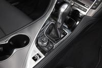 シフトセレクターの後方のダイヤルは、ナビゲーションシステムなどを操作するコントローラー。その手前にあるのが、ドライブモードを切り替えるスイッチだ。
