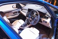前席の様子。センターコンソールを運転席側に傾けるなど、ドライバーを中心に考えたデザインが採用されている。