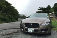 「XF」の特等席は運転席。箱根のワインディングロードでは全長5m級のサルーンらしからぬ軽やかなフットワークを披露する。