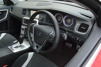 運転席まわりの様子。写真は最上級グレード「T6 AWD R-DESIGN」のもので、計器やセンターコンソールのパネル、シフトノブなどに専用の意匠が施される。
