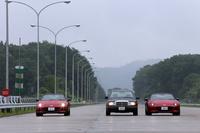 三次自動車試験場に並んだCGとマツダ所有の新型「ロードスター」。真ん中のメルセデスは?答えは本誌にて。