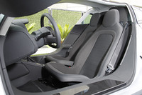 助手席は運転席より277mm後ろにオフセットされて配置される。
