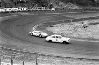 1964年の第2回日本グランプリにて、式場壮吉の「ポルシェ904」を従えて走る生沢 徹の「プリンス・スカイラインGT」。