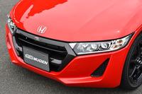 ドライカーボン製のフロントグリル。上部に「RA」のロゴが添えられる。