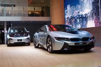 BMWブースに展示される「BMW i」ブランドの2台。左から「i3」、そして「i8」。