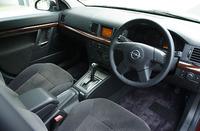 欧州車らしく、パッシブセーフティーは充実している。前席にはデュアルエアバッグ、サイドエアバッグを装着。前後席に、カーテンヘッドエアバッグも備わり、万が一の事故の際に全方位から乗員を守る。むち打ち防止のアクティブヘッドレストや、下肢のダメージを軽減するフットプロテクションなども標準装備だ。