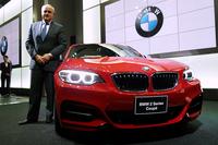BMWジャパンのアラン・ハリス代表取締役社長と「BMW M235iクーペ」。