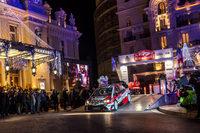モナコのカジノ・スクエアをスタートする、トヨタの「ヤリスWRC」。