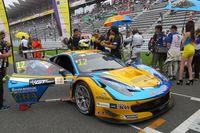 グリッド上でスタートを待つ、シンハー モータースポーツ チームの「フェラーリ458イタリアGT3」。
