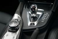 「M4クーペ」のセンターコンソール。シフトの横に備わるのが走行モードの切り替えスイッチだ。ここで、ドライバーが設定した走行モードを記憶し、ワンタッチで呼び出せるステアリングスイッチも備わる。