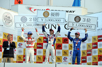 GT500クラス決勝レース2の入賞者たち。写真左から、柳田真孝(No.46 S Road MOLA GT-R)、 伊沢拓也 (No.100 RAYBRIG HSV-010)、金石年弘 (No.17 KEIHIN HSV-010)。