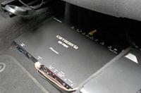 チューナーはハイダウェイタイプ。シート下にも設置できるサイズだ。写真はゴルフVへの装着例。