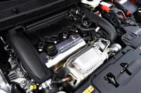 1.6リッター直噴ターボエンジンには、高出力化と耐久性の強化のため、アルミ素材の鍛造ピストンヘッドや耐高熱スチールエキゾーストマニホールド、熱処理を施したシリンダーブロックなどを採用している。