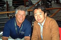 1978年のF1チャンピオン、往年の名ドライバーであるマリオ・アンドレッティ(左)と筆者。ルマンではかつてフォード・マークIVなどを駆り活躍、1995年の2位が最高位。