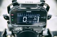 メーターはデジタル式。インジケーターの点灯でシフトタイミングを知らせるRPMインジケーターや、ギアポジションインジケーター、トリップメーターなど、さまざまな機能が搭載されている。