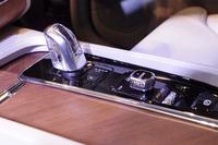 センターコンソール。写真左は「T8 Twin Engine AWD Inscription」に与えられるクリスタル製のシフトレバー。中央に見えるのはエンジンのオン/オフボタン。
