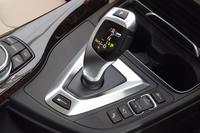 シフトレバーの付け根の近くに、エンジンとモーターのオペレーションを行うための「eDriveボタン」がレイアウトされる。