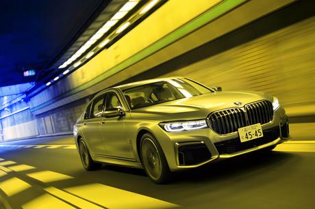 """BMWの旗艦サルーン「7シリーズ」の中でも、ブランド唯一の12気筒を搭載する「M760Li xDrive」。""""最上級の..."""