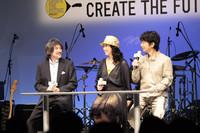 トヨタマーケティングジャパンの片岡史憲マーケティングディレクター(写真左)と吉田さんと中村さん。(写真=トヨタ自動車)