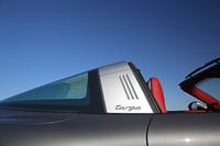 """初代「タルガ」を思わせるシルバーの""""タルガバー""""には、オリジナルをほうふつとさせる3本のグリルと""""targa""""のロゴが入る。"""