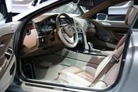 「コンセプト6シリーズクーペ」の室内。ドライバー方向に傾けられたセンターコンソールなど、BMW伝統のモチーフを見てとることができる。