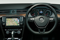 """上級グレード「TSIハイライン」のインテリア。モバイルオンラインサービス""""Volkswagen Car-Net""""が備わる。"""