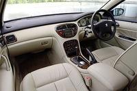 コンフォートは全車、インテリアにウッドパネルとレザーを採用。写真のインテリアは、受注生産の「アイボリースタイル」。スポートはシート生地がファブリックで、パネルはカーボン調となる。