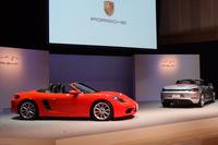 お披露目の会場に並んだ、「718ボクスターS」(写真左)と「718ボクスター」(同右)。