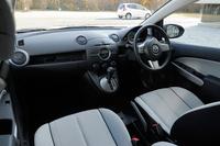 デミオのシート地は白黒2色から選択可能。特殊処理により、白でも汚れにくいという。