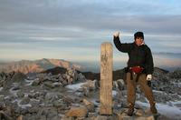 今夜の宿、頂上木曽小屋は、木曽駒ヶ岳の山頂(標高2956メートル)を越えたところにあると判明。頂上でホッと一安心。