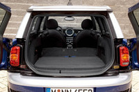 通常の「MINI」のラゲッジスペース容量160〜680リッターに対しクラブマンは260〜930リッターの容量を確保した