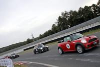 5人のプロドライバーによって争われた「MINIグランプリ」。わざとホイールスピンさせ、タイヤスモークを上げてのスタートから抜きつ抜かれつのバトルと、プロらしい演出を見せた。