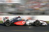 予選、決勝を通じて精彩を欠いたディフェンディングチャンピオン、ルイス・ハミルトン。混乱の影響で3位で終わったが、マクラーレンのニューマシン「MP4-24」に問題があることは明らか。(写真=Mercedes Benz)