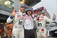 勝利を喜ぶ、ウイダー モデューロ 童夢 レーシングの面々。写真左から、フレデリック・マコヴィッキィ、天澤天二郎監督、そして山本尚貴。