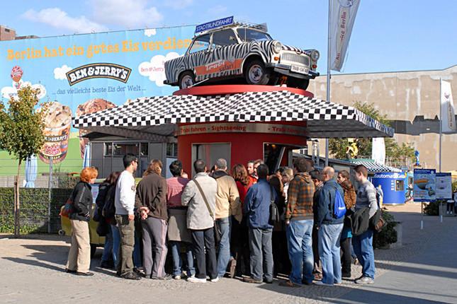 旧東ドイツを代表するクルマ「トラバント(トラビ)」に同乗試乗できるという「トラビ・サファリツアー」の受付。かなりの人だかりができている。料金は30ユーロ(4名乗車のひとり料金)〜60ユーロ(1名乗車の場合)。