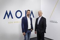 VWグループは、従来型の自動車メーカーからモビリティーサービス企業へ変革を遂げていく試みをすでに始めている。2016年12月に、モビリティーサービスの新会社「MOIA(モイア)」を設立した。写真左はMOIAのオーレ・ハルムスCEO、右はVWグループのマティアス・ミュラーCEO。