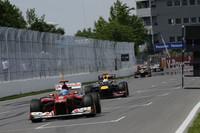 やはり1ストップが実らなかったフェラーリのアロンソ(写真先頭)。トップを周回しながらタイヤのコンディション悪化で後退、それでも2度目のタイヤ交換をせず5位でフィニッシュラインを通過した。レース後、チームの作戦を「勝とうとトライした結果」と擁護し、「作戦というよりも、タイヤのデグラデーションのせい」と敗因を語った。(Photo=Ferrari)