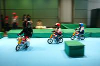発表会場の外では、軽くデモンストレーションが行われた。中野隊長のあとについてチビッコが走らせるのは、最高速5km/hの電動キッズバイク。これで将来は立派なバイク好きに!?
