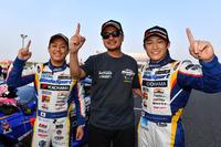 勝利を喜ぶ、LEXUS TEAM WedsSport BANDOHの3人。写真左から、関口雄飛、坂東正敬監督、そして国本雄資。