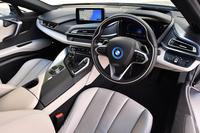 インテリアの様子。コックピットのさまざまな機器やスイッチ類は、ドライバーを中心にレイアウトされている。