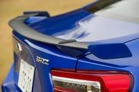 「BRZ GT」はモデルラインナップのトップに位置するグレード。写真のリアスポイラーのほかに、ブレンボ製4輪ベンチレーテッドディスクブレーキ、ZF SACHSダンパー、専用17インチアルミホイール、アルカンターラと本革のコンビシートが標準で装備される。