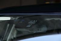 フロントウィンドウ上部内側に備わるカメラ。「車線逸脱警報システム」や「ハイ・ビーム・コントロールシステム」の機能を担う。